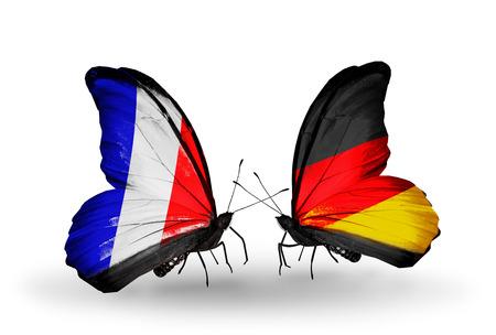 Twee vlinders met vlaggen op de vleugels als symbool van de betrekkingen Frankrijk en Duitsland Stockfoto