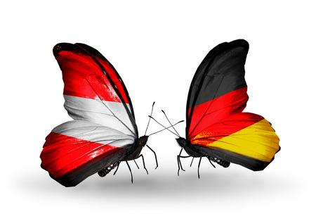 관계의 상징으로 날개에 플래그가있는 두 개의 나비 오스트리아와 독일 스톡 콘텐츠