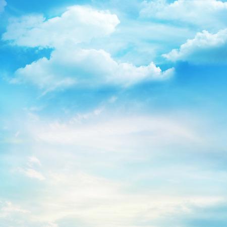 cielo: El cielo azul con nubes, el fondo