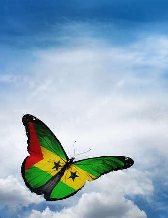 principe: Santo Tom� y Pr�ncipe bandera de mariposa volando en el cielo de fondo