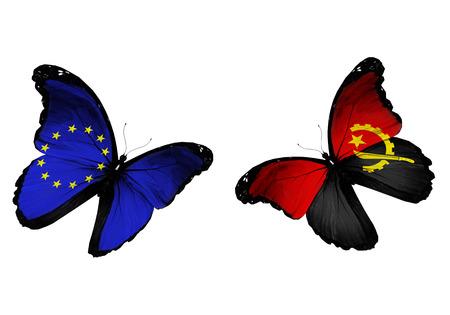 Concepto - dos mariposas con banderas de la UE y Angola volando Foto de archivo