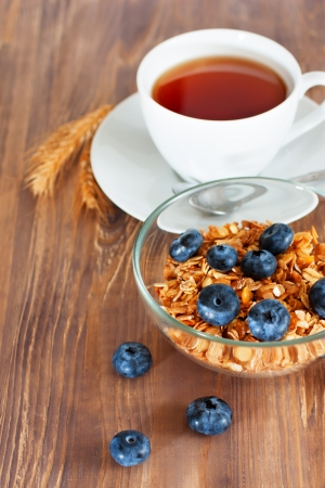 Granola avec la myrtille, tasse de th� photo