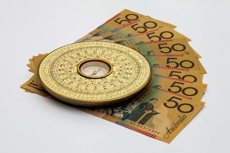 オーストラリアのお金の上に中国風水コンパス 写真素材