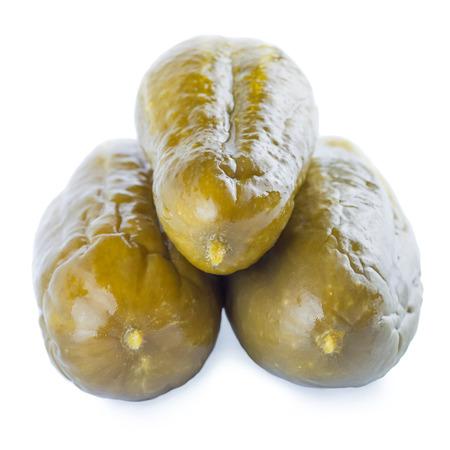 pickles: Encurtidos sobre un fondo blanco