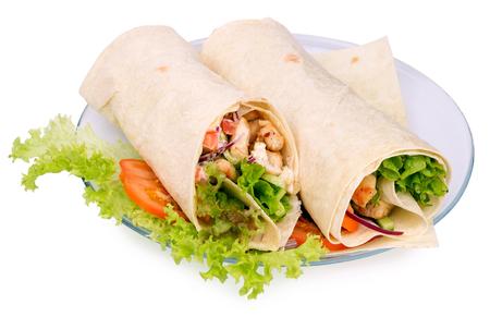 pollo rostizado: Shawarmas en lechuga sobre un fondo blanco