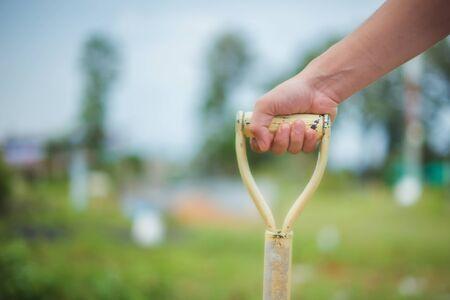 庭のベッドまたはファームを掘るシャベルを持つセレクティブ フォーカス男。 写真素材