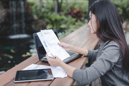 businesswoman working on laptop in coffee shop. Standard-Bild - 106454167