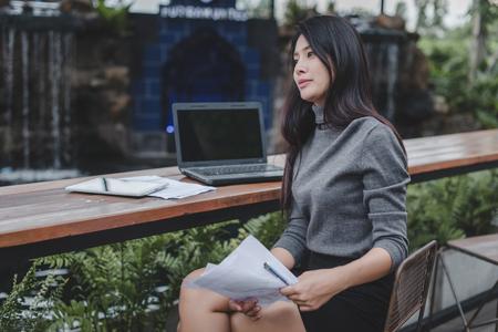 businesswoman working on laptop in coffee shop. Standard-Bild - 106389140