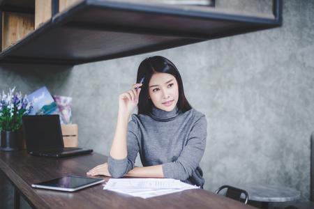 Young businesswoman working on laptop in her workstation. Standard-Bild - 106389129