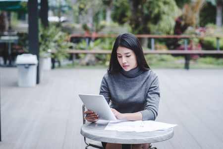 Business woman holding a tablet computer for trading stocks Standard-Bild - 106389082