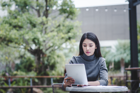 Business woman holding a tablet computer for trading stocks Standard-Bild - 106389084