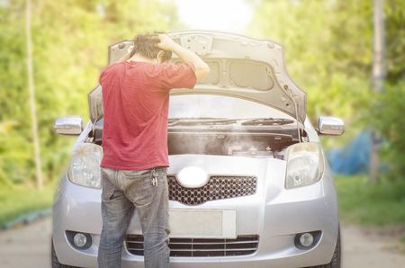 Gebroken auto met rook Stockfoto