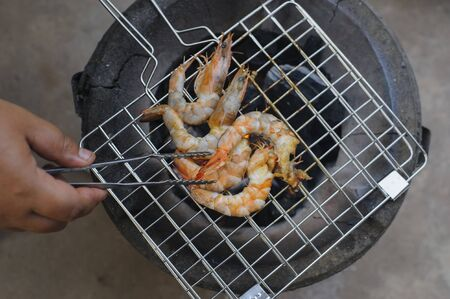 Grilled shrimps on the flaming grill Prepare ingredients for cooking. Banco de Imagens