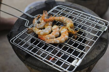 Grilled shrimps on the flaming grill Prepare ingredients for cooking. Banco de Imagens - 142715760