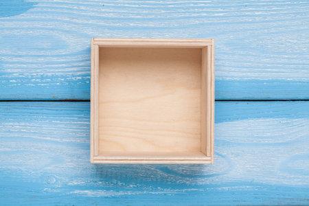 Caja vacía de madera en el fondo. Vista superior.