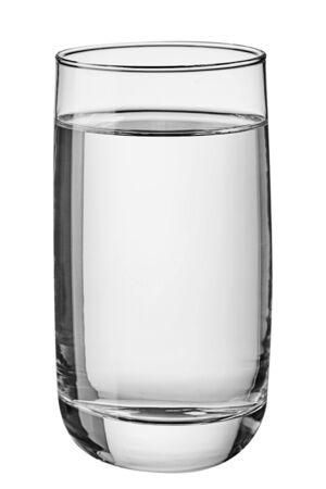 Verre d'eau isolé sur fond blanc. Vue de face.