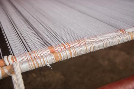 Weave Baumwolle auf dem manuellen Webstuhl Standard-Bild - 88156138