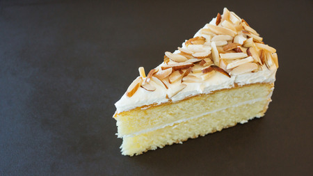 vanilla cake: Vanilla cake with almond nut
