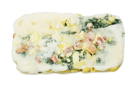 alimentos congelados: Los alimentos congelados (espinacas al horno con queso) sobre fondo blanco.