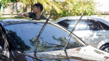 Man wassen van de zwarte auto.