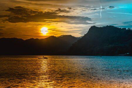 Sunset over the Mekong River in Laos Standard-Bild - 132109734