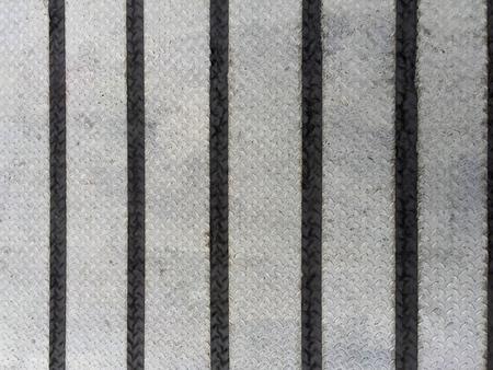 블랙 스트라이프 테이프가있는 원 바 체크 무늬 플레이트