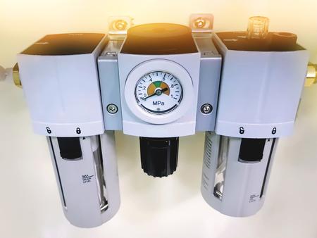 Unidad de regulador de presión y filtro de aire neumático Foto de archivo