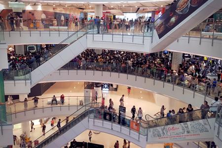 Ratchadamri, Bangkok/Thailand - Oktober 6,2018: Überfüllte Menschen warten geduldig darauf, die limitierte Casio Watch Edition im Shop im Central World Department Store zu kaufen