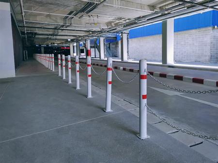 Rij hekken langs de weg verbonden door kettingen