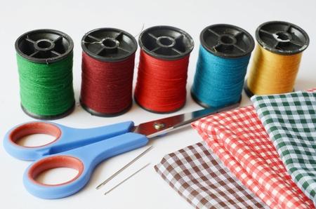 n�hzeug: N�h-Werkzeuge und farbigem Klebeband N�hzeug Schere, Spulen mit Garn und Nadeln auf wei�em Hintergrund