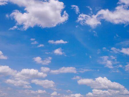 Der blaue Himmel mit schwebenden weißen Wolken Schöner Himmel als Hintergrund verwendet Standard-Bild