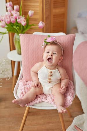 可爱有趣的宝宝戴着带花的帽子。复活节贺卡,copyspace为您的文本。复活节的海报。恭贺母亲节。