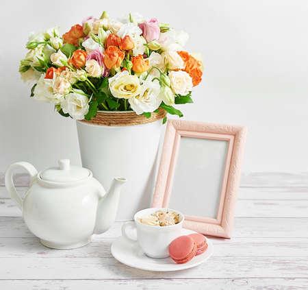 舒适的早晨。母亲节祝福花卡。花束和茶具。早上好。创意女性早餐日。副本的空间。复活节,春天静物场景。咖啡杯