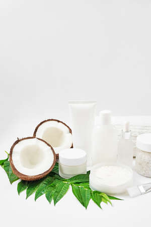 Natural organic homemade cosmetics with coconut. Skin care. Spa salon and treatments. Beautician background. Clay, lemon, beauty products, tropical summer concept. Flat lay, copy space. Coconut milk. Banque d'images