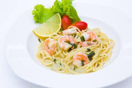 espaguetis, queso crema, salsa blanca con camarones al estilo italiano Foto de archivo
