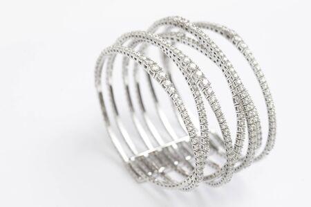 Brazalete de pulsera de diamantes en blanco.