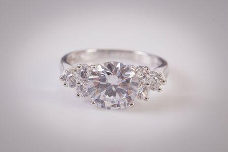 Primo piano di un elegante anello di diamanti su fondo bianco. Anello di diamanti.