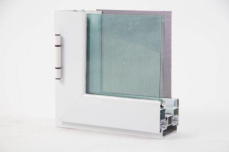 Coupe du profilé de fenêtre avec métal, verre et isolation Banque d'images