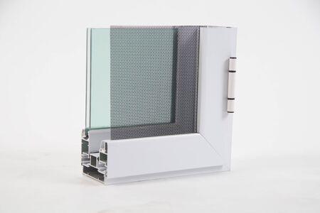 Coupe du profilé de fenêtre avec métal, verre et isolation