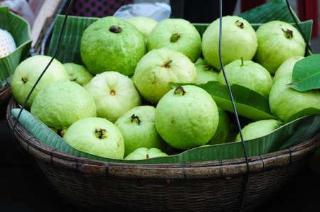 guayaba: Frutas frescas de guayaba en el mercado