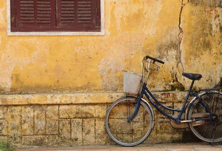 Bicicletta e la vecchia casa di Hoi an, Vietnam Archivio Fotografico