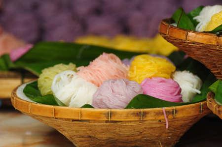 Noodles tailandesi in un cesto di bamb� Archivio Fotografico