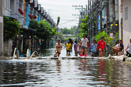 Le persone stanno accelerando il loro pompaggio del paese. questa inondazione � un inondazioni pi� gravi degli ultimi decenni. allagamento di 6 novembre 2010 a Bangkok, Thailandia. Editoriali