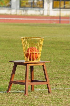 balon baloncesto: Balón en la canasta Foto de archivo