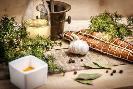 enebro: embutidos, aceite de oliva, ajo, especias y enebro Foto de archivo