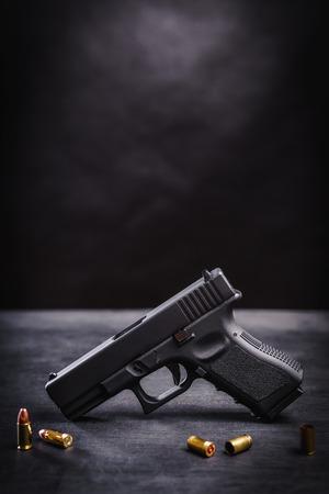 zwart 9mm pistool op een zwarte houten tafel Stockfoto