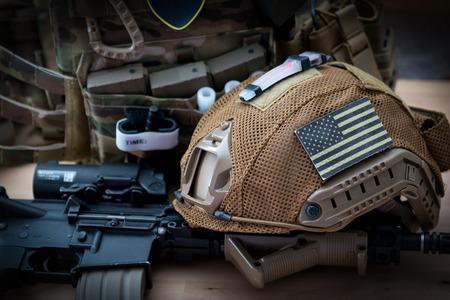 militaire uitrusting met een geweer op een houten tafel