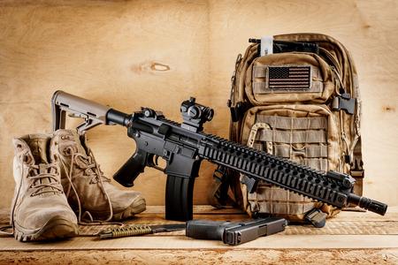 Schwarzes Sturmgewehr auf einem alten Holztisch Standard-Bild - 74213484