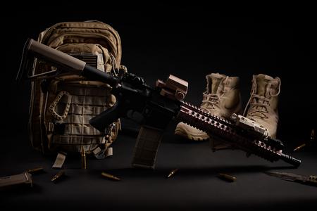 fond d & # 39 ; écran militaire avec un fusil d & # 39 ; assaut sur un fond