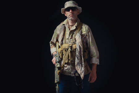 soldier of the American special forces in Afghanistan poses with a rifle on a black background Banque d'images